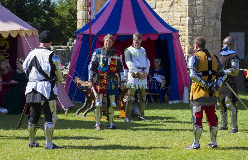 Caballeros en batalla Exhibición medieval Warkworth, Northumberland inglaterra Reino Unido imágenes de archivo libres de regalías