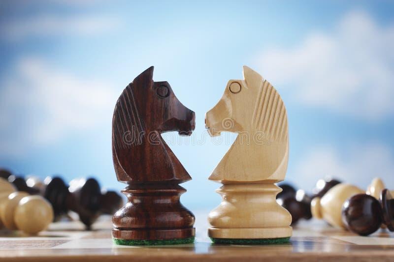 Caballeros en un tablero de ajedrez imagen de archivo libre de regalías