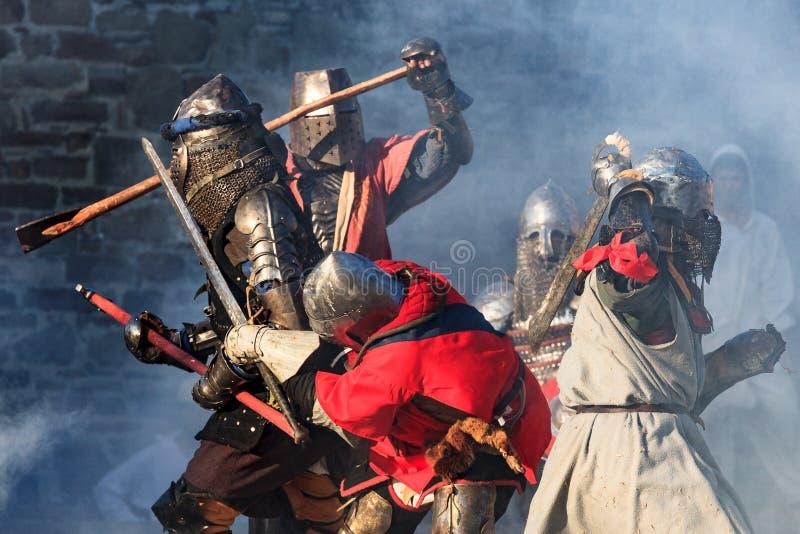 Caballeros medievales en la acción de batalla severa foto de archivo