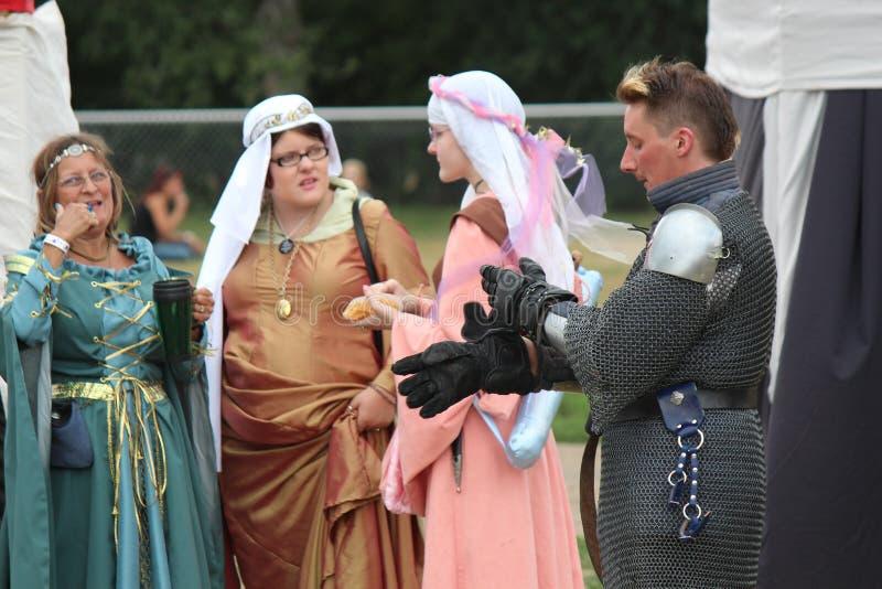 Caballeros medievales que exhiben a su nueva esposa a los ciudadanos imagenes de archivo