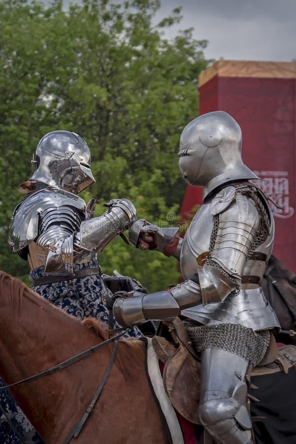Caballeros que se saludan Torneo caballeresco, reconstrucción histórica de Edades Medias Los caballeros saludan en caballos imagen de archivo libre de regalías
