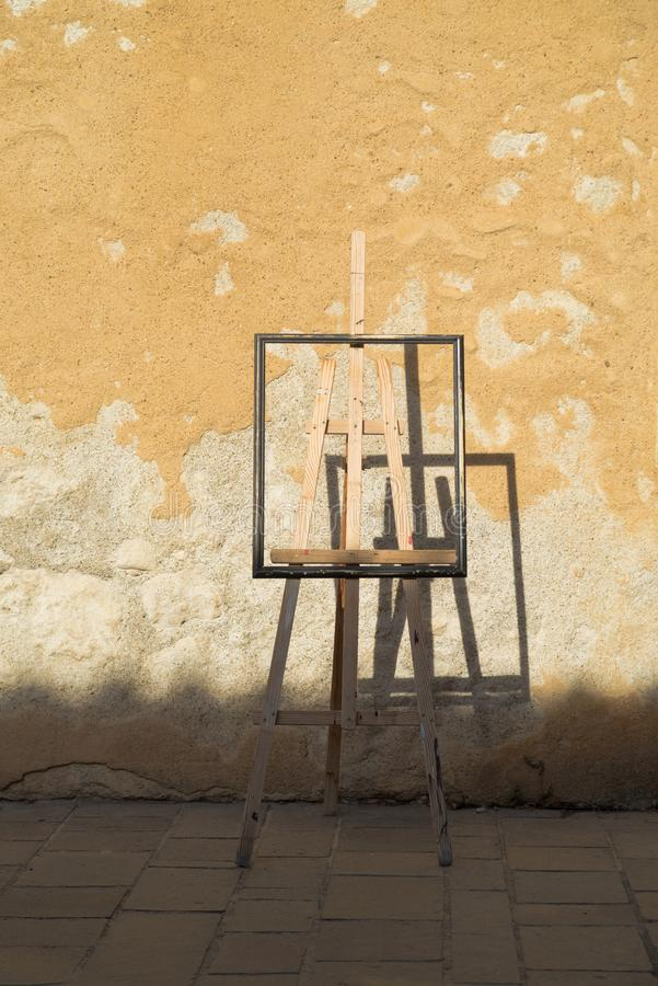 Caballete contra una pared soleada imagen de archivo libre de regalías