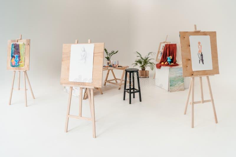 caballetes con las pinturas en vacío imagen de archivo