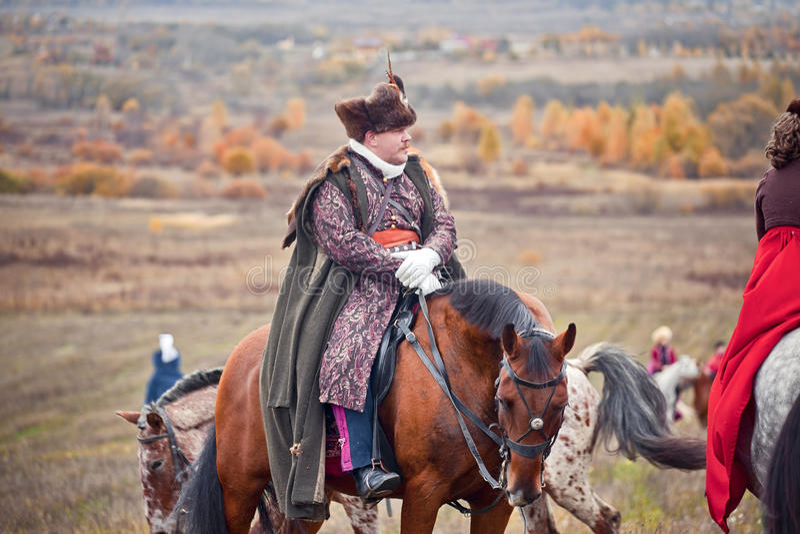 Caballo-caza con los jinetes en hábito de montar a caballo imagenes de archivo