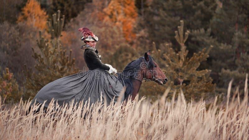 Caballo-caza con los jinetes en hábito de montar a caballo fotografía de archivo