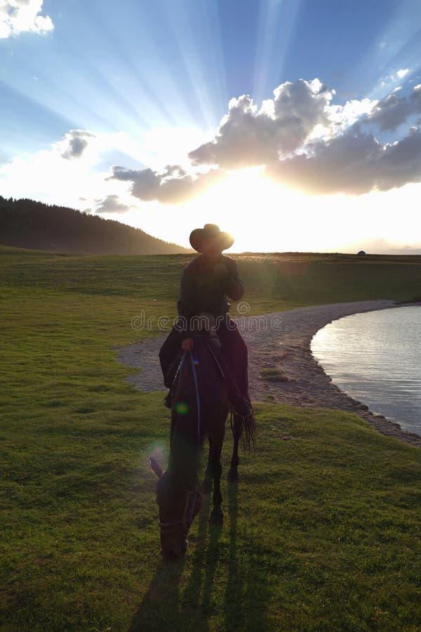 Caballo chino del paseo de los ganaderos del Kazakh fotos de archivo