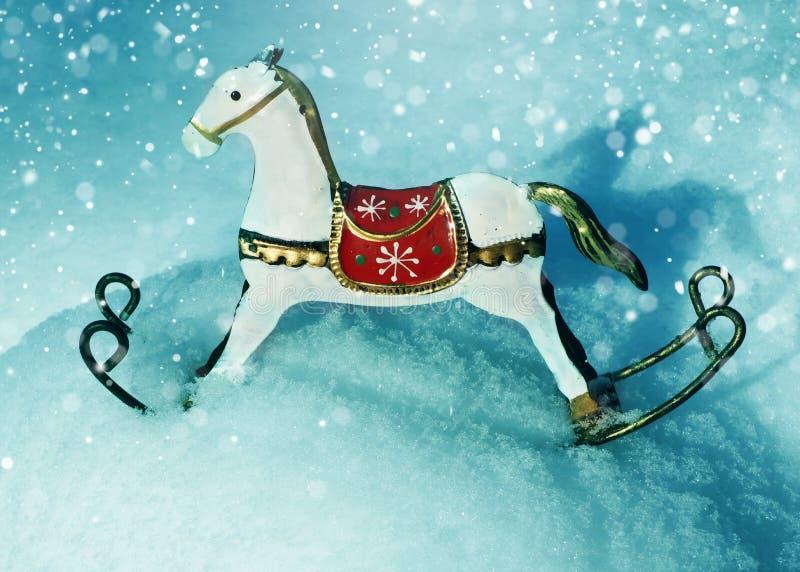 Caballo de las decoraciones del árbol de navidad en nieve fotos de archivo libres de regalías