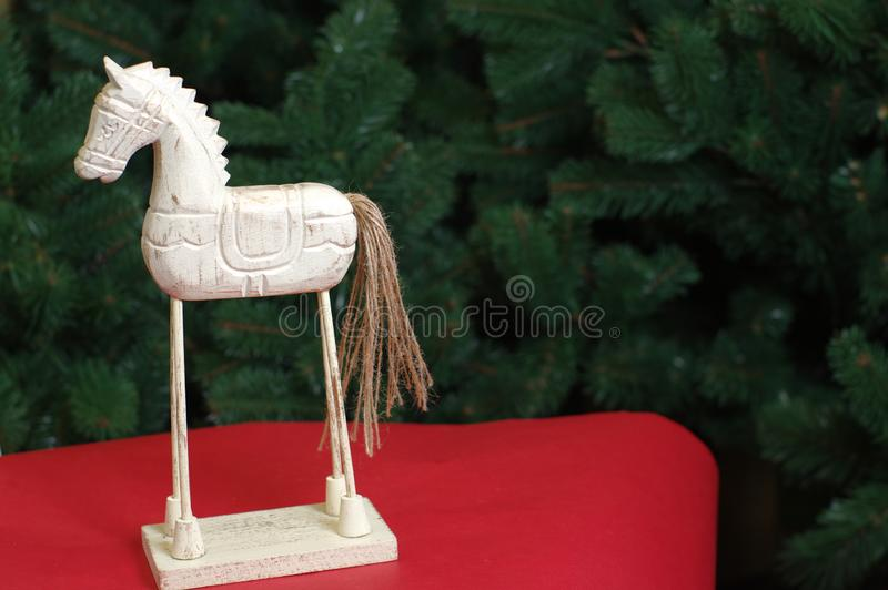 Caballo de madera del juguete de la Navidad en el árbol de navidad verde foto de archivo libre de regalías