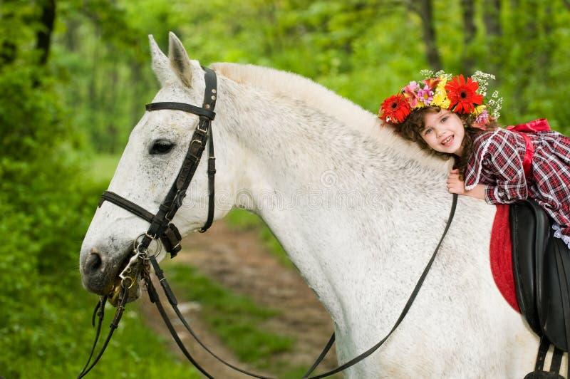 Caballo de montar a caballo de la niña fotografía de archivo