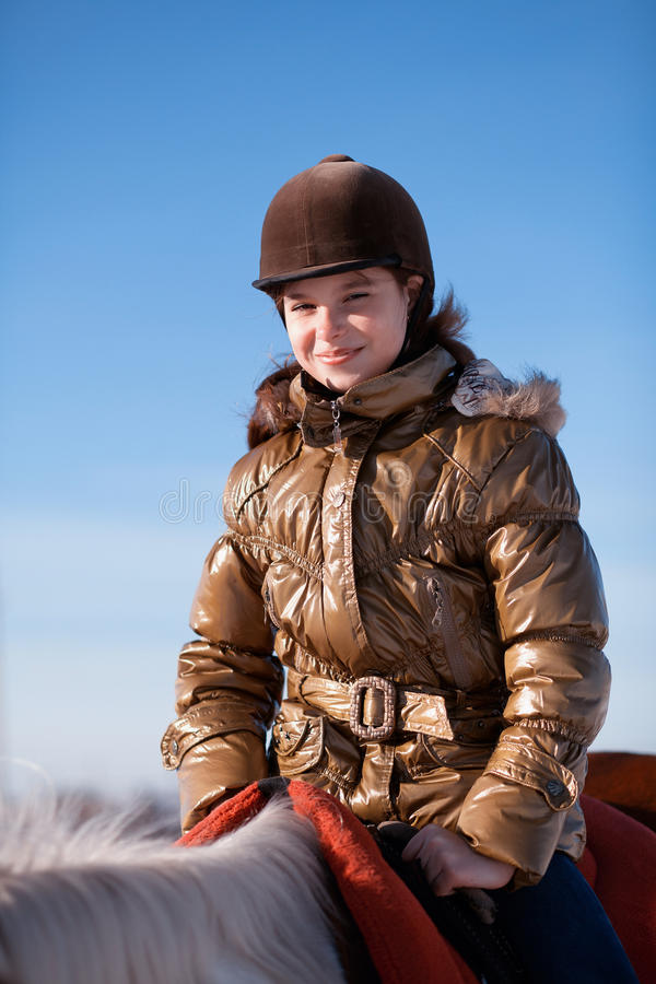 Caballo de montar a caballo feliz de la muchacha fotografía de archivo libre de regalías