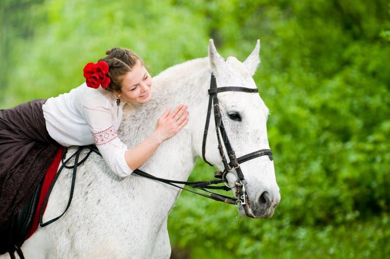 Caballo de montar a caballo hermoso de la muchacha imágenes de archivo libres de regalías