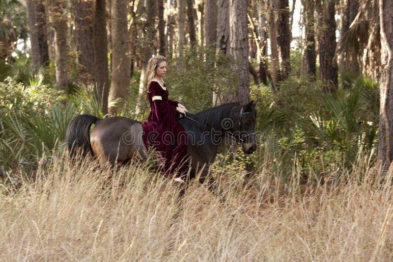 Caballo de montar a caballo medieval de la mujer foto de archivo libre de regalías