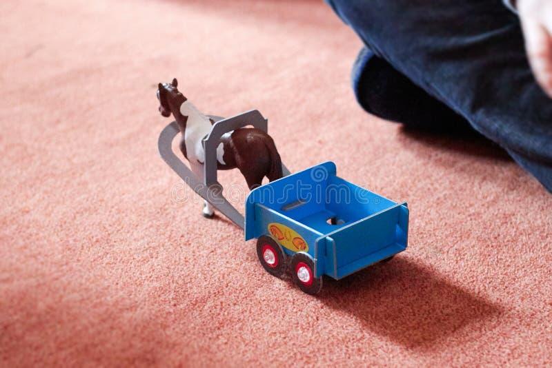 Caballo del juego con el remolque, juguete imagen de archivo