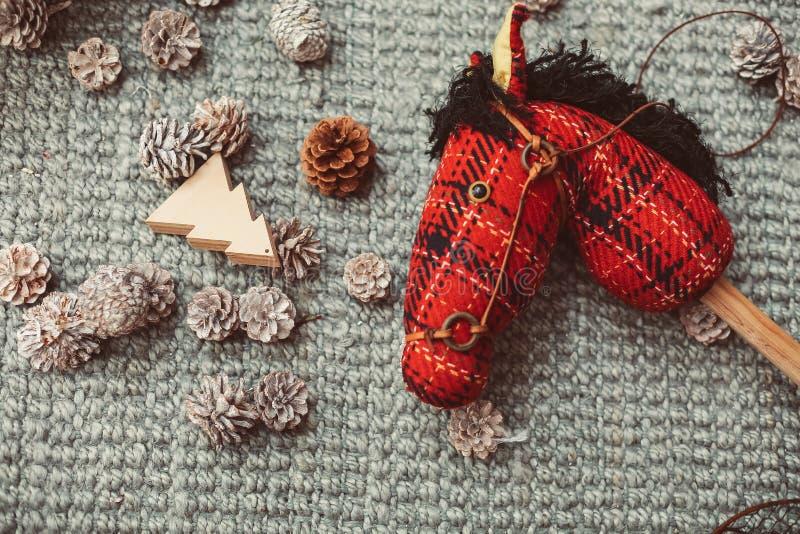 Caballo diseñado en el palillo con los conos del pino fotografía de archivo libre de regalías