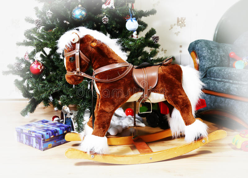 Caballo mecedora con el árbol de navidad imágenes de archivo libres de regalías