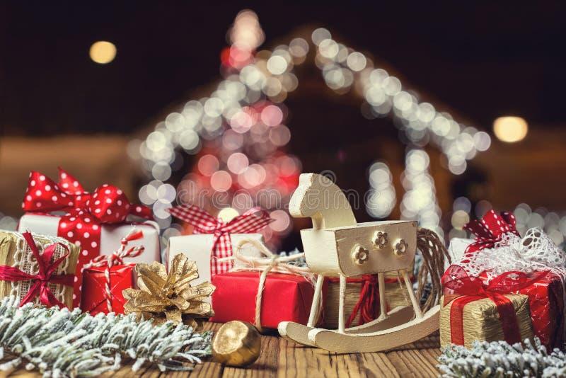 Caballo mecedora y decoraciones hechas a mano de la Navidad imagen de archivo libre de regalías