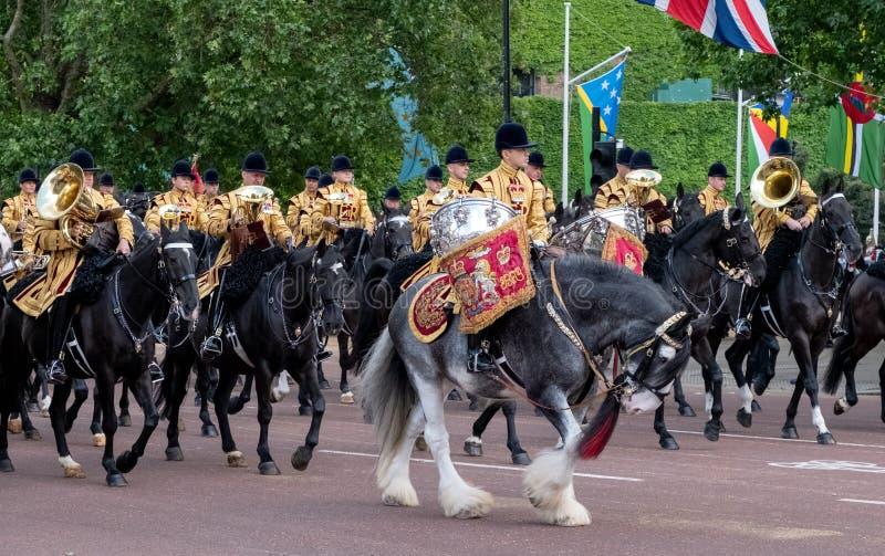 Caballo militar del tambor y otra caballería que participan en la marcha el desfile militar del color, Londres Reino Unido fotografía de archivo