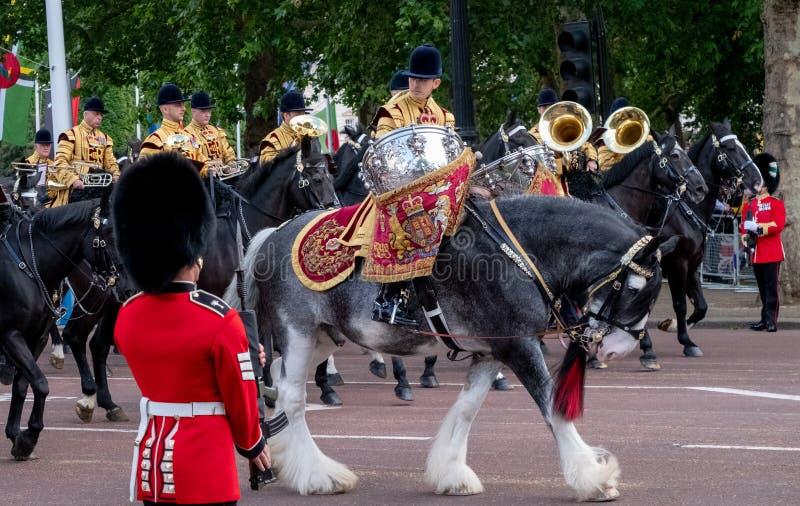 Caballo militar del tambor y otra caballería que participan en la marcha el desfile militar del color, Londres Reino Unido fotos de archivo libres de regalías