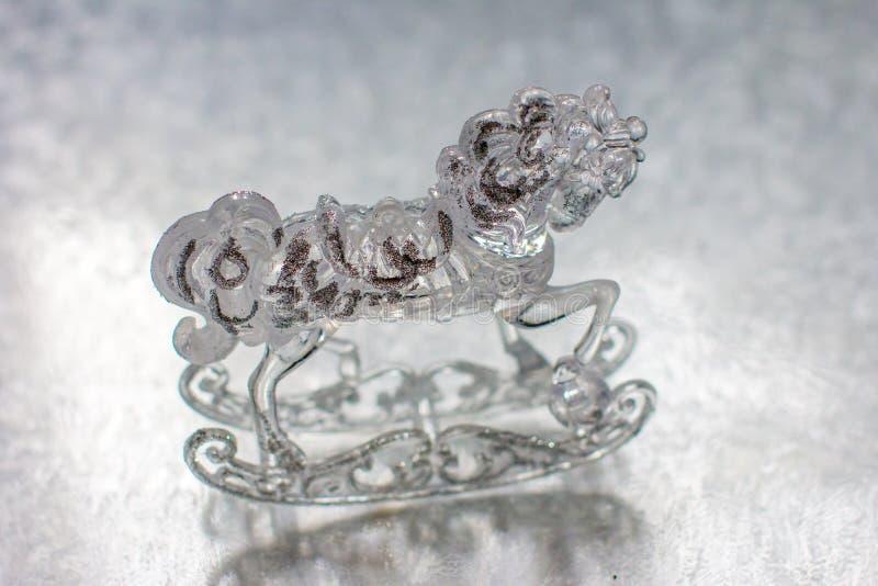 Caballo transparente de cristal en el hielo blanco Tiempo del invierno imagen de archivo libre de regalías