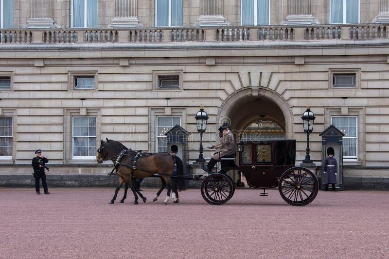 Caballo y carro en el Buckingham Palace imagen de archivo