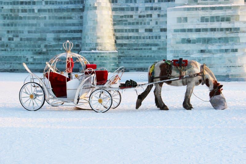 Caballo y carro en invierno fotos de archivo