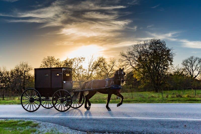 Caballo y carro en la carretera en Oklahoma fotos de archivo libres de regalías