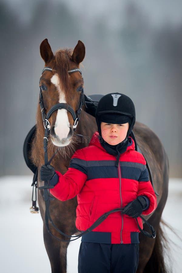 Caballo y muchacho - montar a caballo del niño a caballo imagenes de archivo