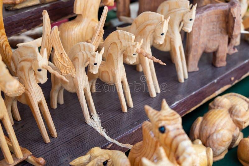 Caballos de madera y muñecas de los unicornios vendidas en el mercado de la artesanía Tel Aviv fotos de archivo