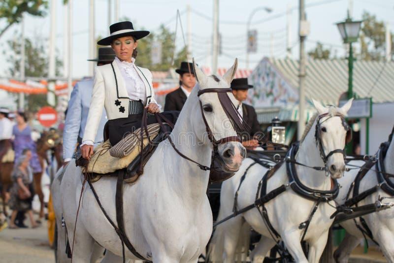 Caballos de montar a caballo de la mujer en Sevilla feria de abril imágenes de archivo libres de regalías