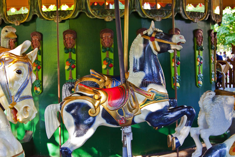 Caballos del carrusel del parque de atracciones fotografía de archivo