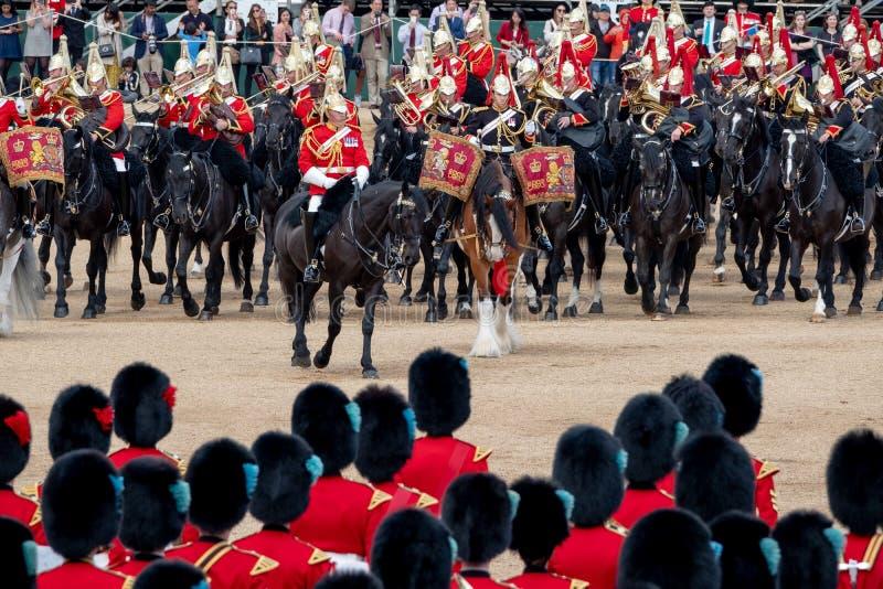 Caballos militares con los jinetes que participan en la marcha la ceremonia militar en los guardias de caballo, Londres Reino Uni imagen de archivo
