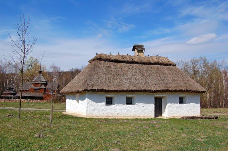 Cabana antiga com um telhado da palha imagens de stock