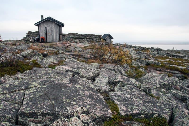 Cabana da emergência na tundra no parque nacional de Urho Kekkonen fotos de stock royalty free