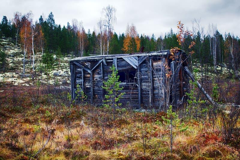 A cabana da guarda florestal no norte, no taiga fotografia de stock