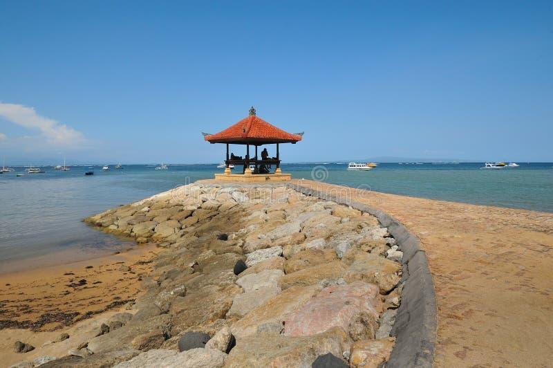 Cabana da meditação na praia do sanur em bali imagens de stock