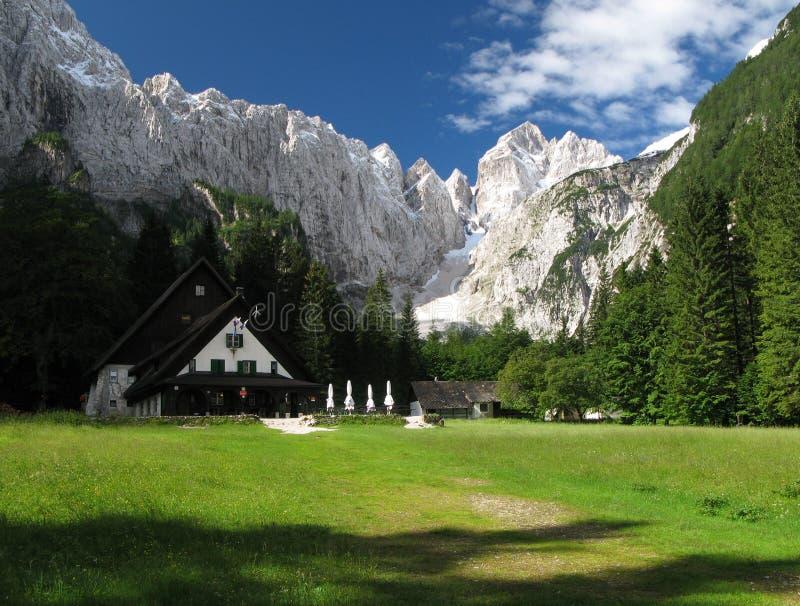 Cabana da montanha dos DOM v Tamarju em alpes julianos fotos de stock royalty free