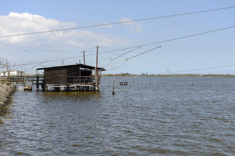 Cabana da pesca da água e do pernas de pau da lagoa, Comacchio, Itália fotografia de stock royalty free