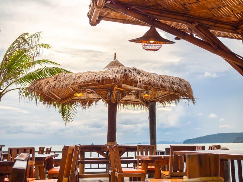 Cabana de bambu no terraço no fundo do seascape foto de stock royalty free