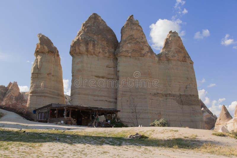 Cabana de madeira e arenito vulcânico atrás dele, Cappadocia foto de stock