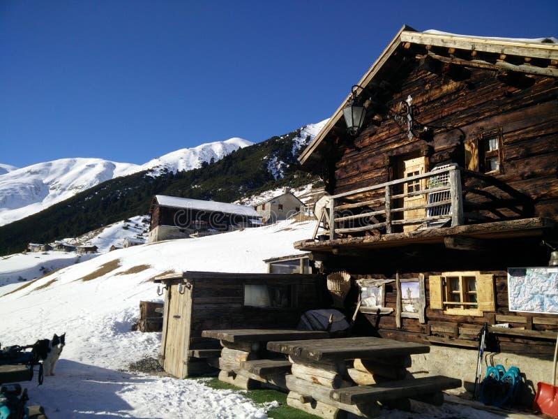 Cabana de madeira em cumes italianos imagens de stock