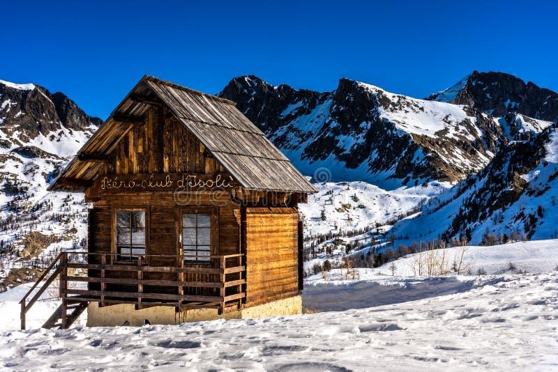 Cabana de madeira nas montanhas no isola 2000 da estância de esqui, france fotografia de stock royalty free