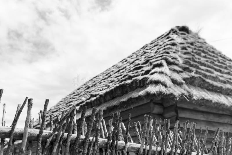 Cabana de madeira velha com um telhado da palha, cabana ucraniana tradicional do fim do 19o e início do século XX foto de stock royalty free