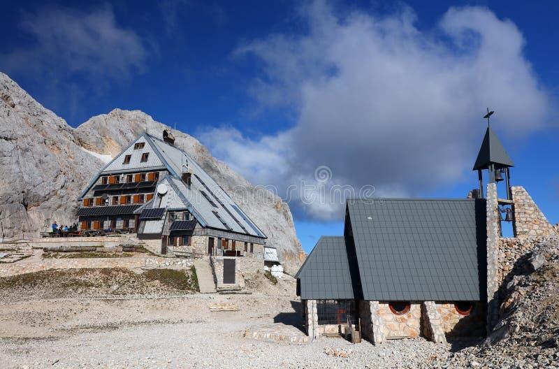 Cabana de montanha Kredarica e capela dedicada à Nossa Senhora das Neves na Eslovênia imagens de stock royalty free
