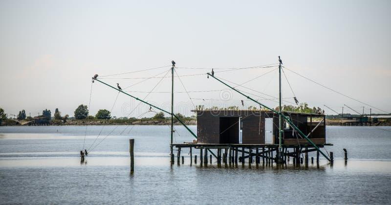 Cabana de pesca tradicional em pernas de pau com redes suspendidas no vale de Comacchio, Emilia Romagna, It?lia imagem de stock royalty free