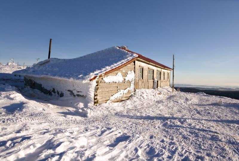 Cabana do inverno em montanhas de Ural. Rússia, taiga, Sibéria. imagens de stock