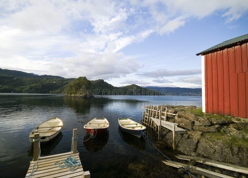 Cabana do pescador, fjord cénico foto de stock