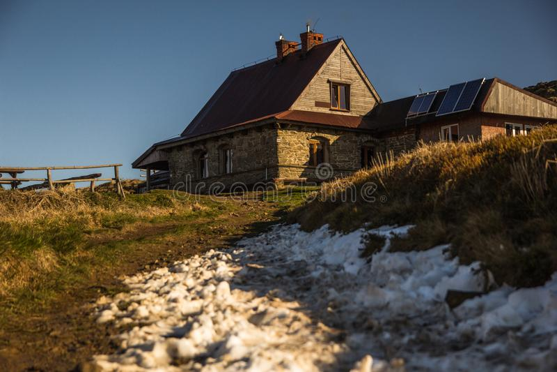 Cabana do ` s da cabana da montanha Pooh na parte superior de uma montanha em Bieszczady foto de stock royalty free