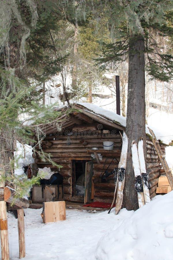 Cabana do ` s do caçador no taiga Siberian no inverno foto de stock