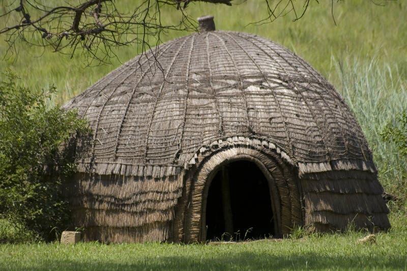 cabana do tribo Zulu do Colmeia-estilo, KZN foto de stock