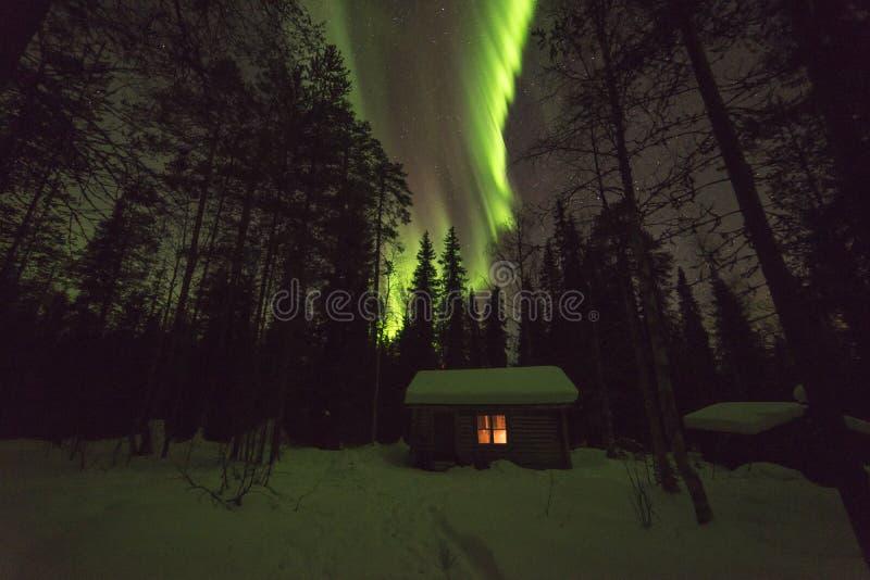 Cabana e Auroras finlandesas da região selvagem fotografia de stock royalty free